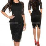 Czarna koronkowa sukienka z baskinką, do kolan