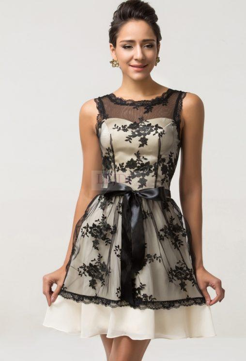 Koronkowa sukienka wieczorowa za satynowym paskiem