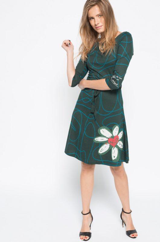 Wzorzysta rozkloszowana sukienka z kwiatem