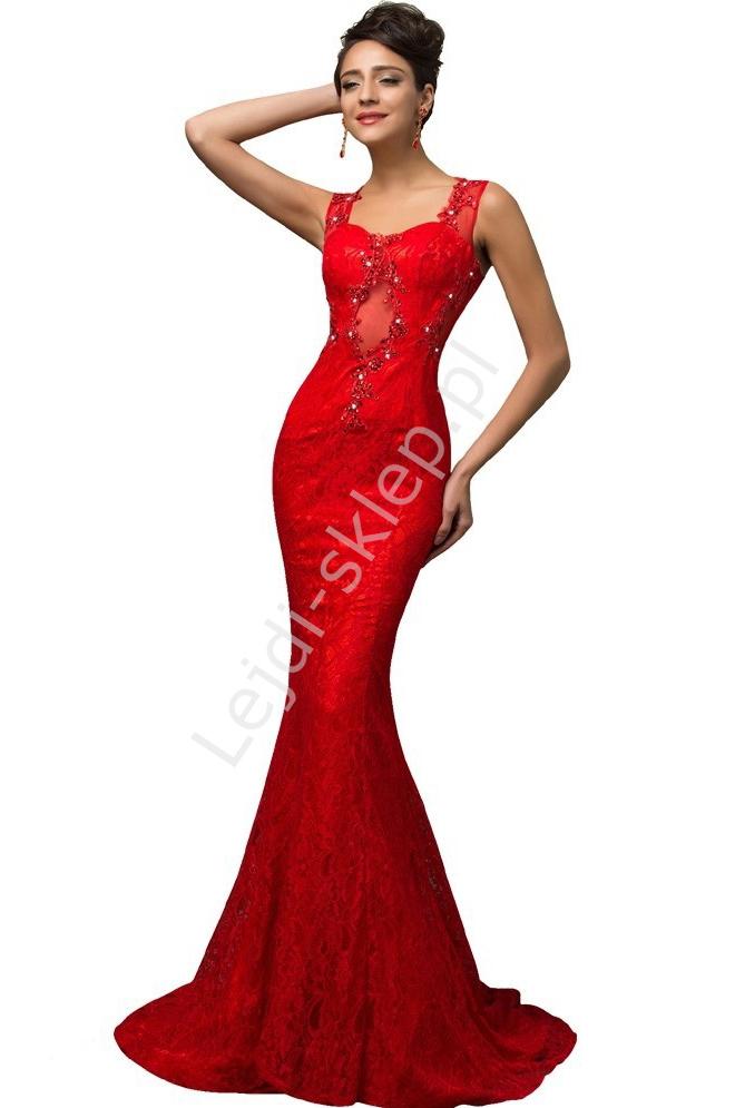 Długa wieczorowa czerwona suknia z koronki