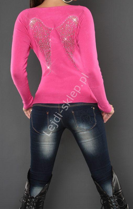 Różowy sweter ze skrzydłami