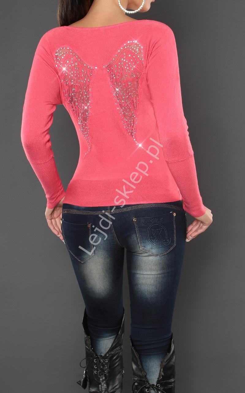 Koralowy sweter ze skrzydłami
