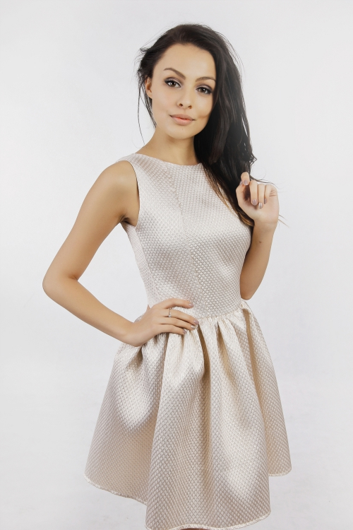 Złota rozkloszowana mini sukienka na wesele