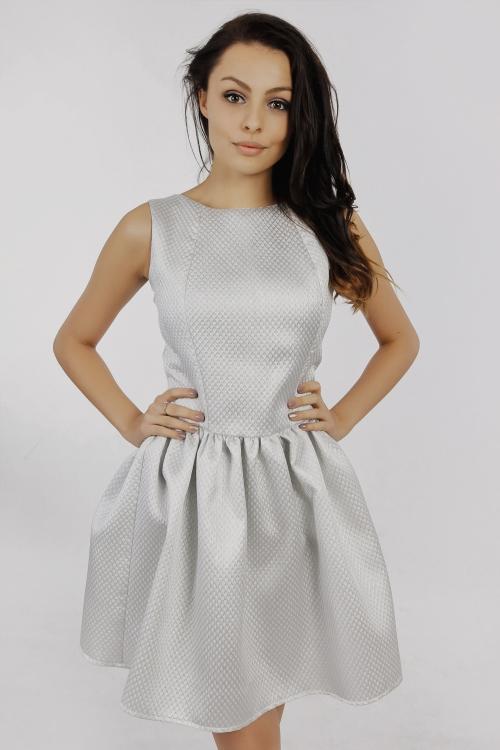 Szara rozkloszowana mini sukienka na wesele