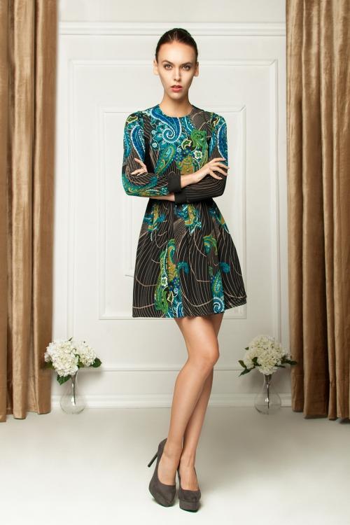 Rozkloszowana sukienka we wzory kolorowa