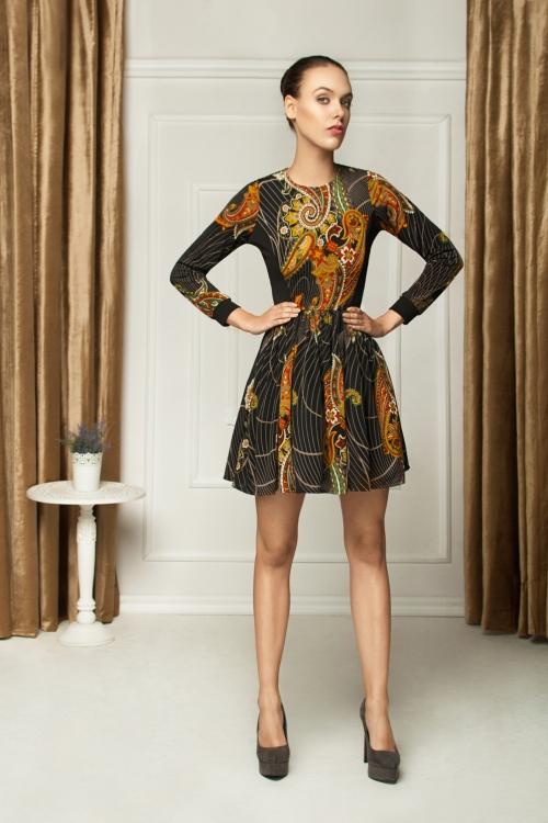 Rozkloszowana sukienka we wzory kolorowa 2