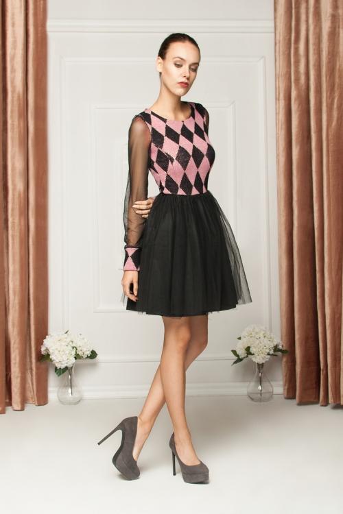 Tiulowa sukienka z przezroczystymi rękawami