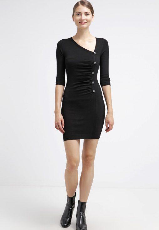 Dopasowana dzianinowa sukienka czarna