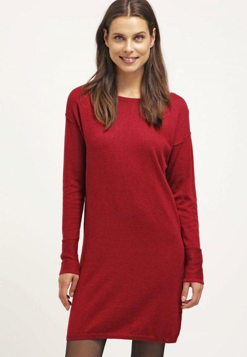 Krótka czerwona dzianinowa sukienka