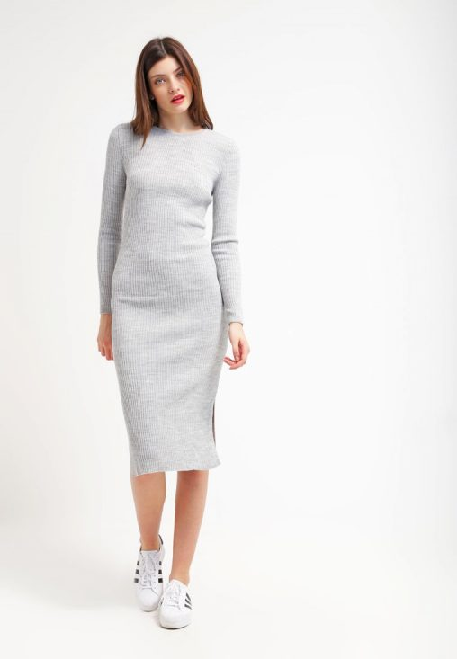 Ołówkowa dzianinowa sukienka do kolan siwa