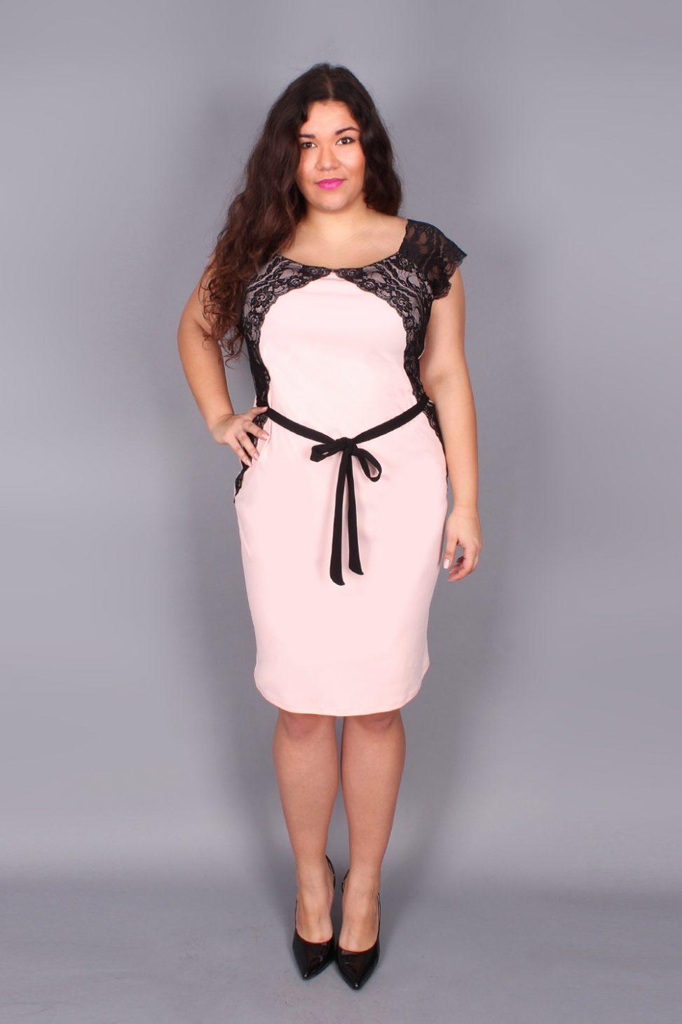 Różowa sukienka z koronką plus size