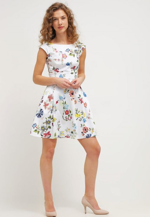 Letnia mini sukienka w kwiaty biała