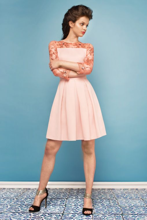 Jasno różowa sukienka z koronką