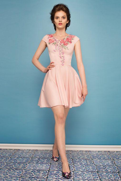 Sukienka rozkloszowana z kwiatową koronką jasny róż