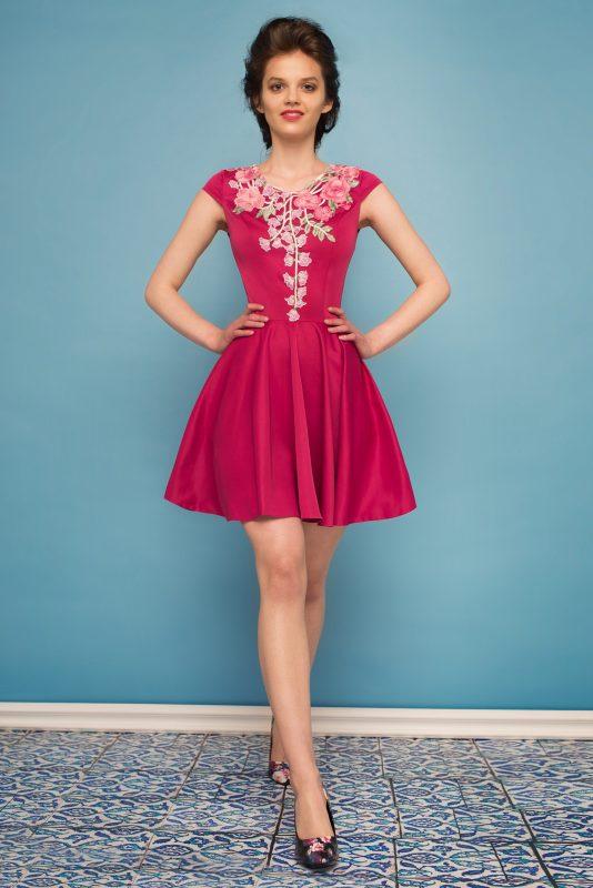 Sukienka rozkloszowana z kwiatową koronką różowa