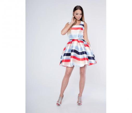 Rozkloszowana satynowa sukienka wizytowa w pasy na lato