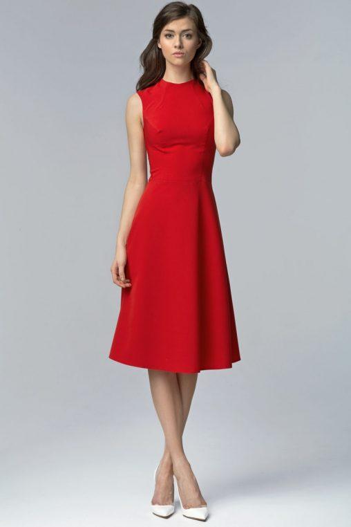 Rozkloszowana czerwona sukienka za kolano