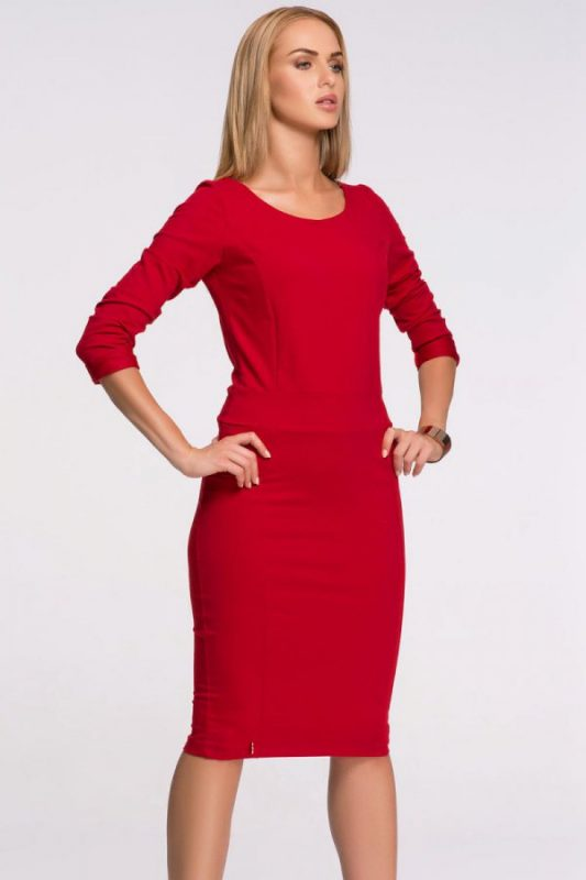 Czerwona dzianinowa sukienka do kolan na jesień i zimę