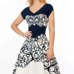 Rozkloszowana sukienka ornamenty granatowo – biała