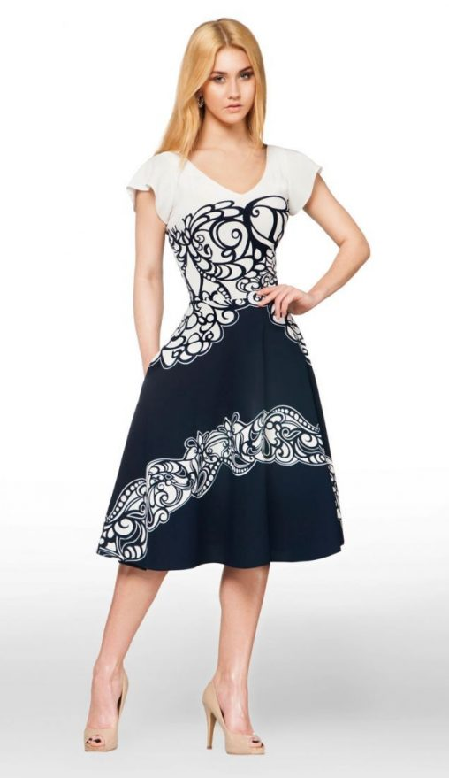 Rozkloszowana sukienka ornament biało - granatowa