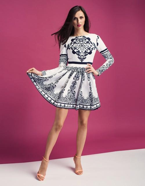 Rozkloszowana ornamentalna sukienka wzory biało czarna