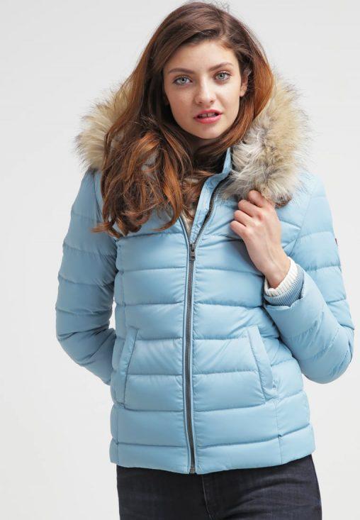Niebieska kurtka puchowa z kapturem na zimę