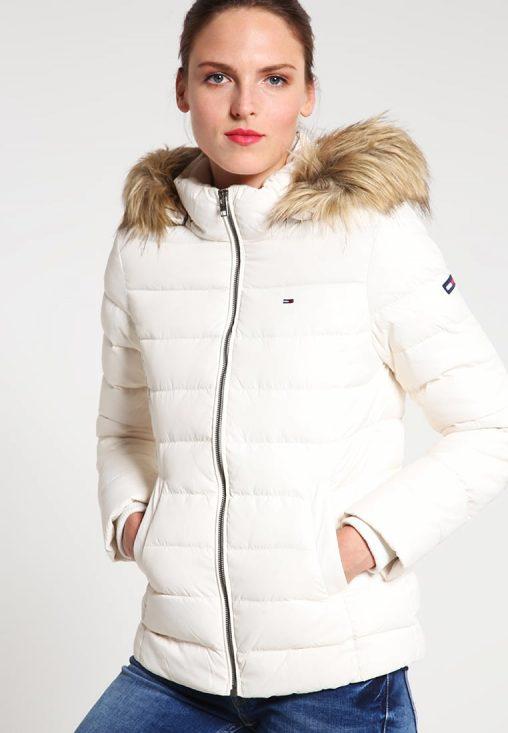 Biała kurtka puchowa z kapturem na zimę