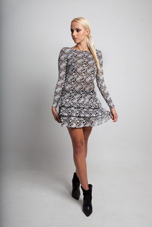 Koronkowa sukienka z odkrytymi plecami i falbanami