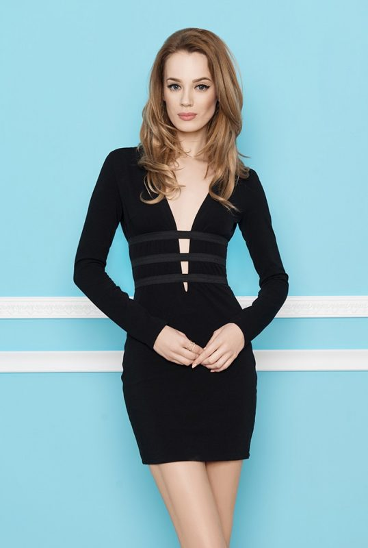Czarna sukienka z bardzo głębokim dekoltem