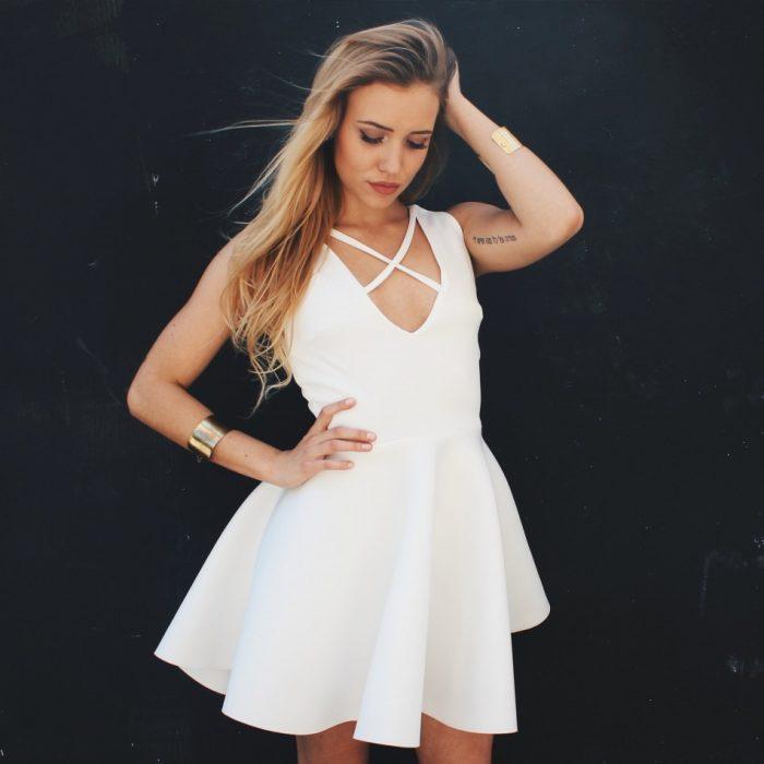 sukienka z paskami na dekolcie