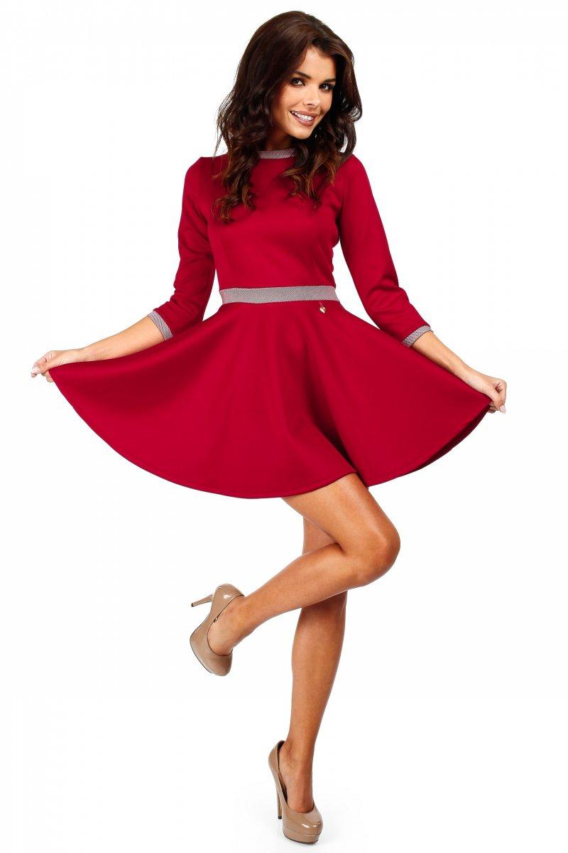Czerwona sukienka z koła rozkloszowana