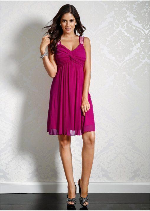 koktajlowa sukienka z błyszczącymi ramiączkami