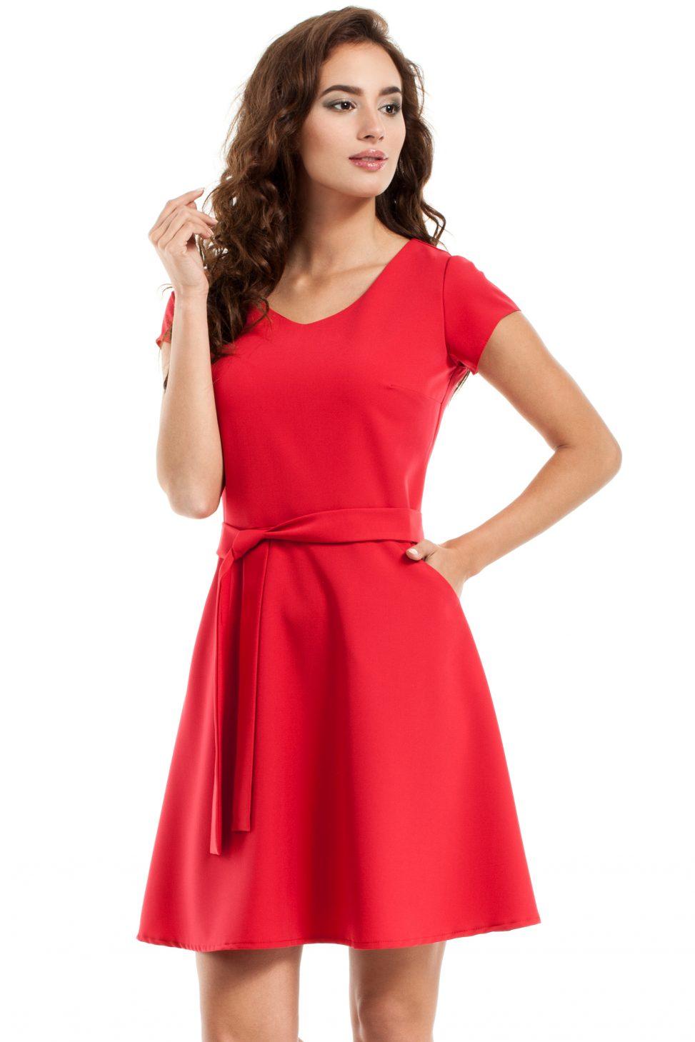 rozkloszowana sukienka czerwona z paskiem