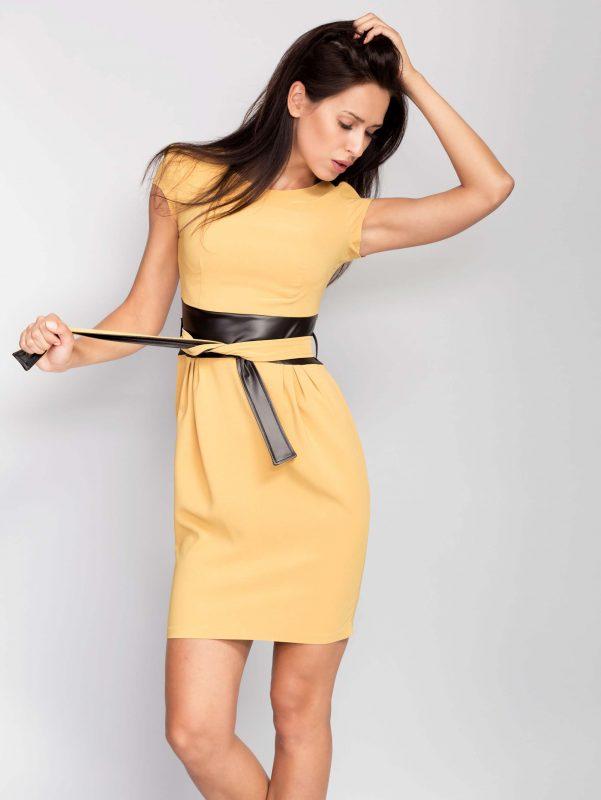 Musztardowa sukienka wcięta w talii