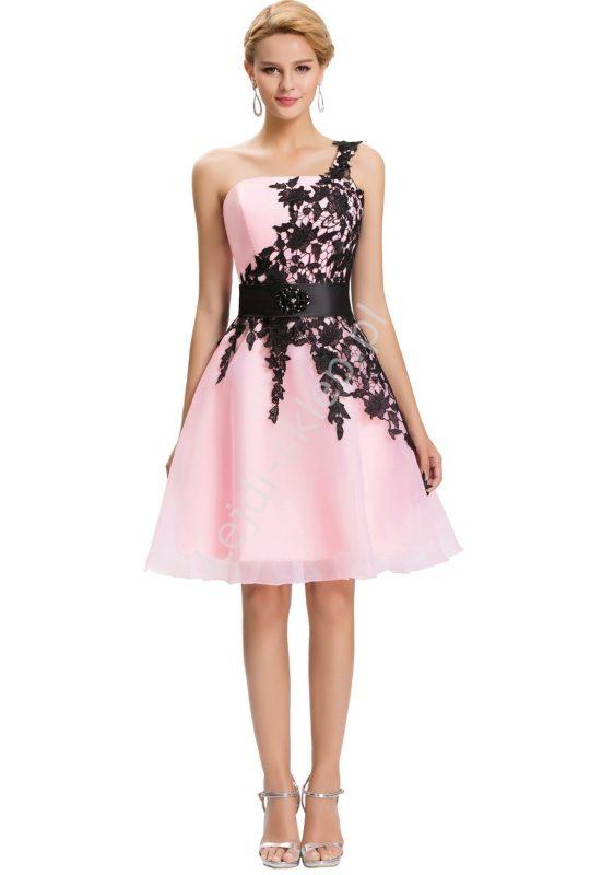 Pudrowa gorsetowa sukienka z koronką