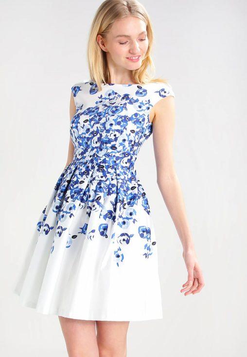 Urocza sukienka z kwiatowym wzorem