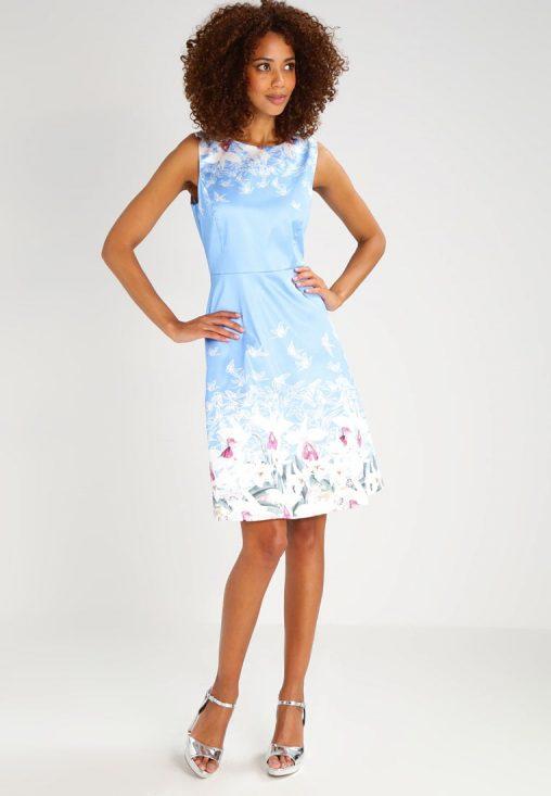 Letnia niebieska sukienka we wzory