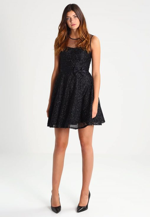 Błyszcząca czarna sukienka koktajlowa