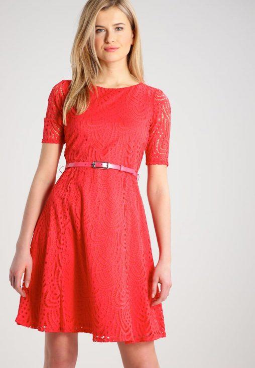 Koktajlowa czerwona sukienka ażurowa