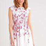 Urocza sukienka w kwiaty na wiosnę i lato