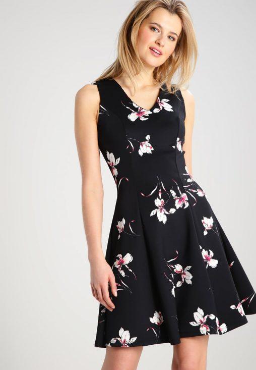 Czarna sukienka na lato rozkloszowana