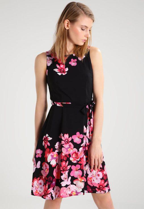 Czarna sukienka w kwiaty na lato