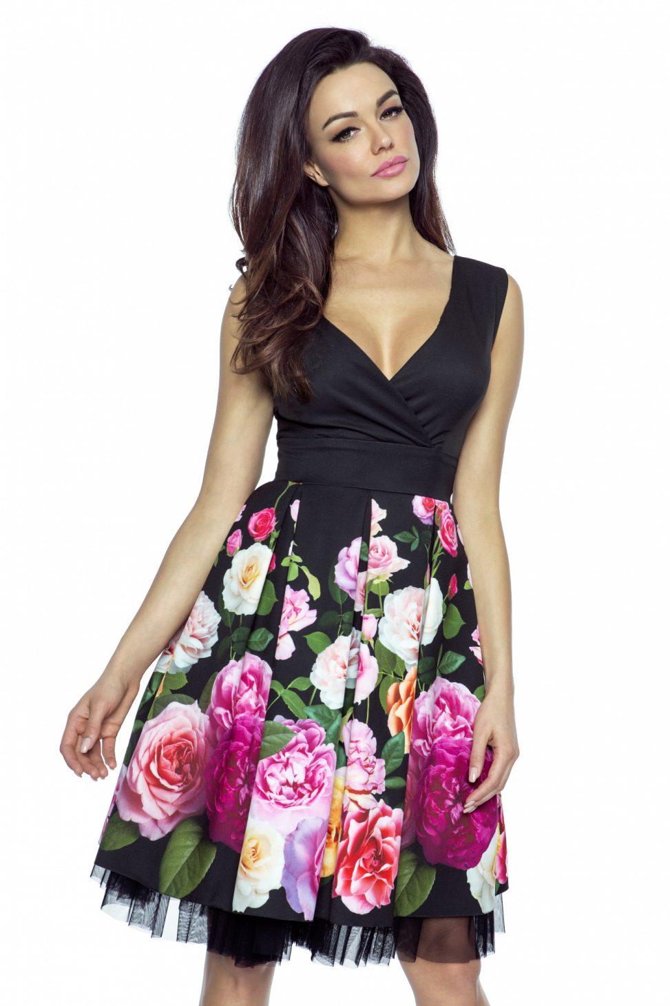 czarna sukienka kopertowa w róże