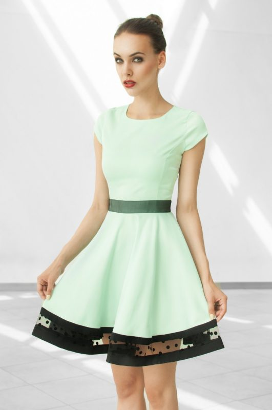 Rozkloszowana miętowa sukienka koktajlowa