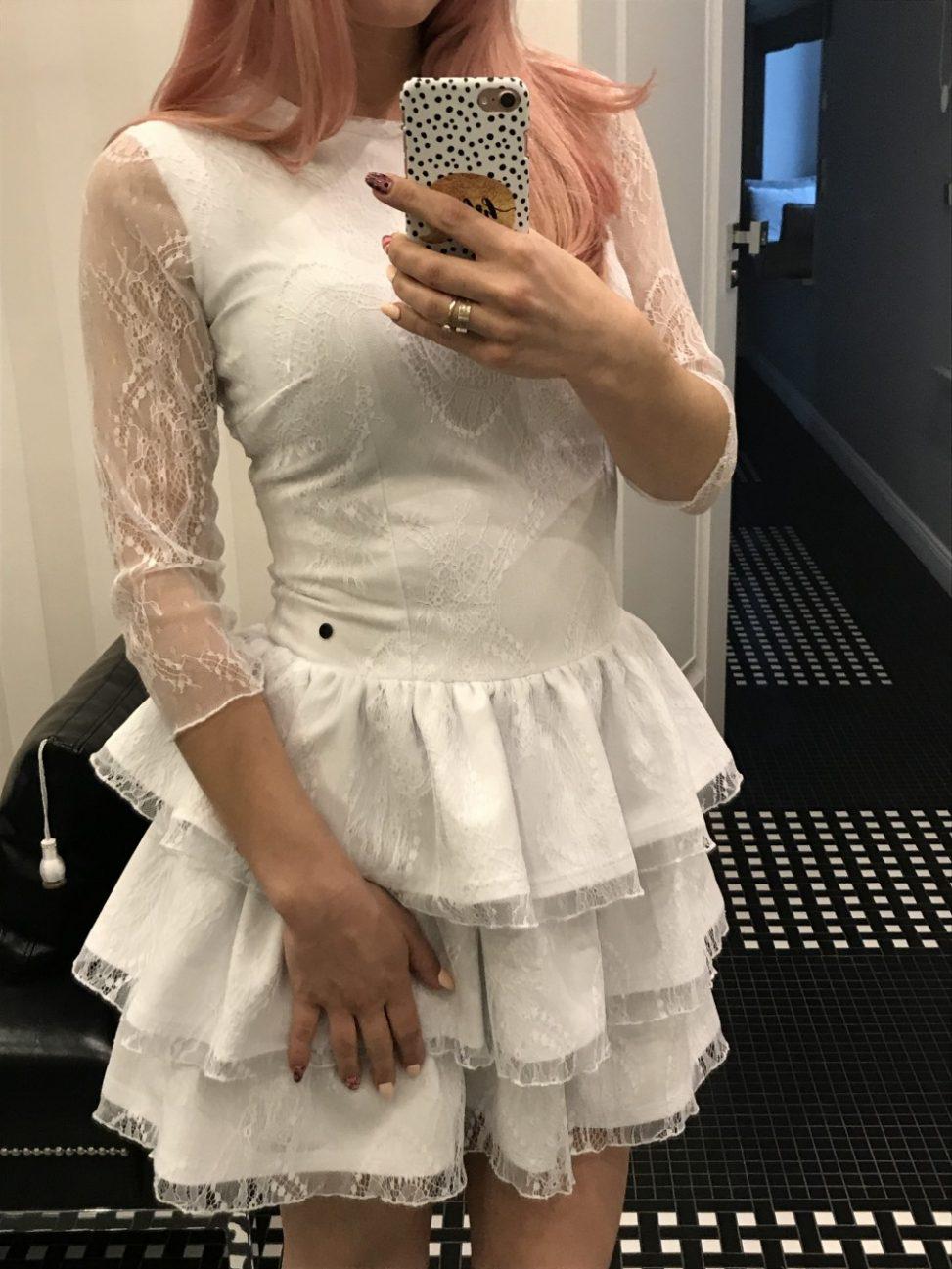 Biała sukienka koronkowa z falbankami