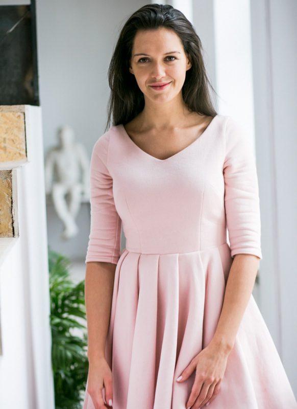Koktajlowa różowa sukienka za kolano