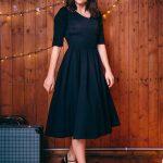 Koktajlowa czarna sukienka za kolano