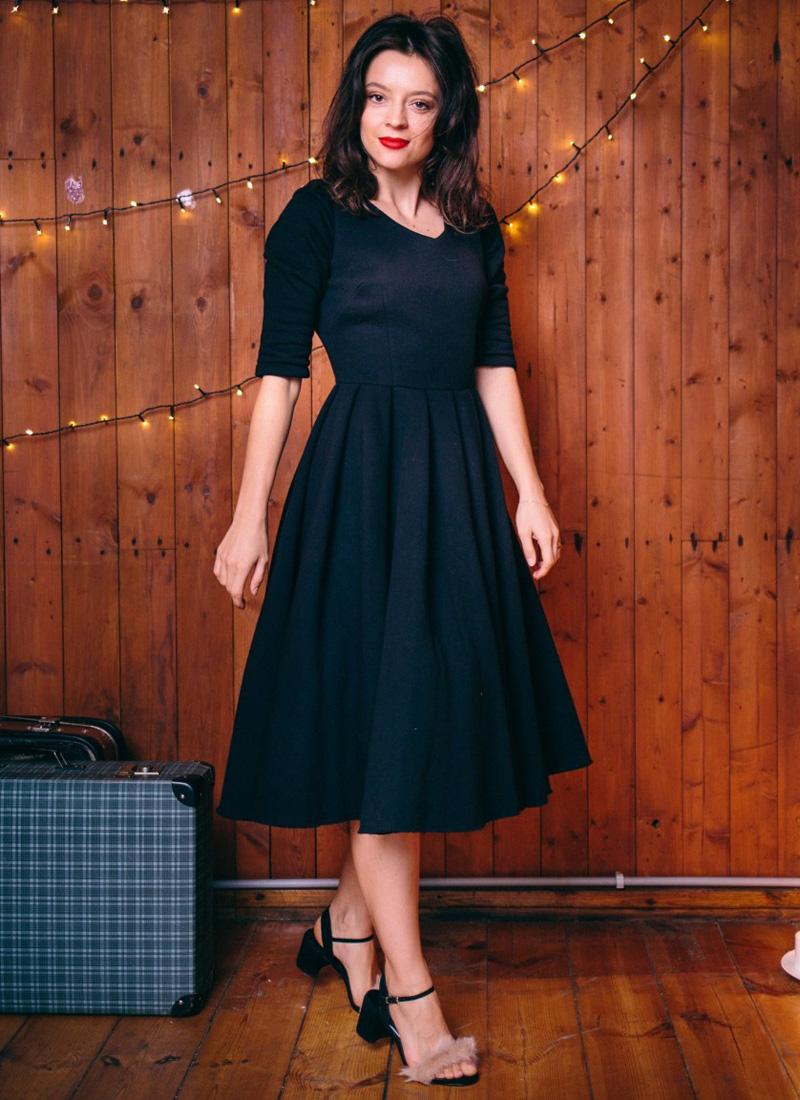 czarna sukienka za kolano