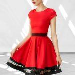 Rozkloszowana czerwona sukienka z koła
