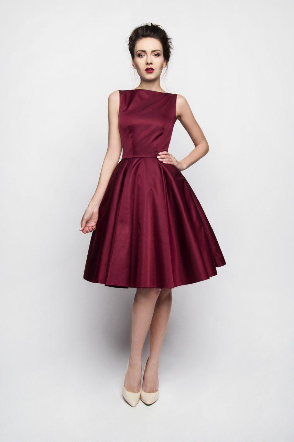 Bordowa rozłożysta sukienka szyta z koła